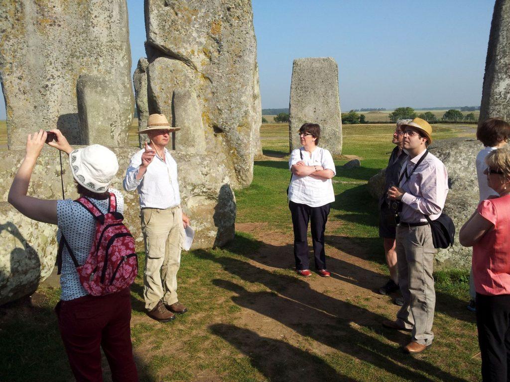 Onze gids, Mark Bowden, bekend van meerdere BBC documentaires over Stonehenge vertelt over het monument