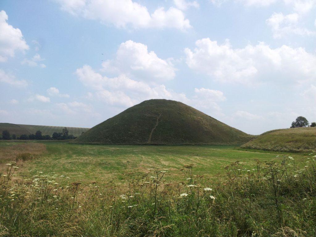 Silbury Hill, vlakbij Avebury, is een 40 meter hoge door mensen gemaakte heuvel. Hij werd 4600 tot 4700 jaar geleden gemaakt. Het is de grootste prehistorische kunstmatige heuvel van Europa