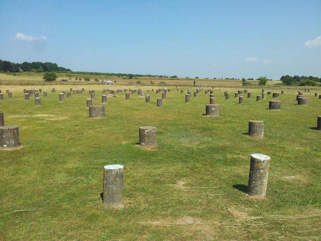 Vlakbij Stonehenge ligt Woodhenge. Op de plekken waar de houten palen stonden staan nu betonnen paaltjes.