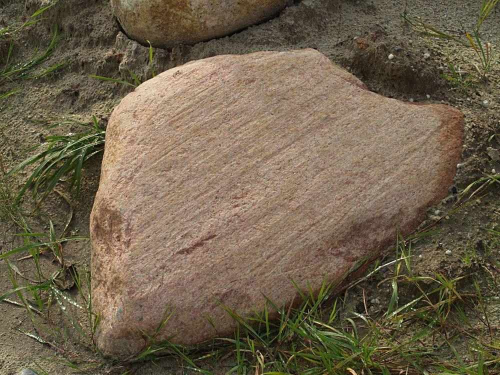 003. Gletsjerkrassen op een zwerfkei van graniet bij Noordbroek