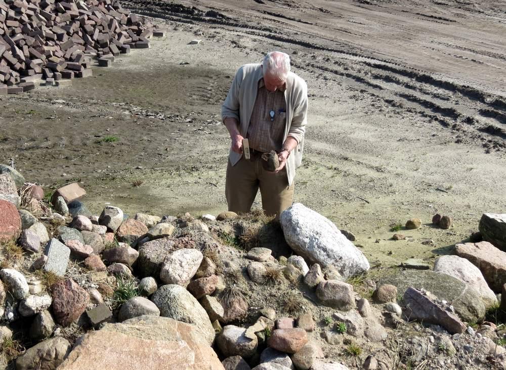 011. Jelle de Jong zoekt stenen in Exloo