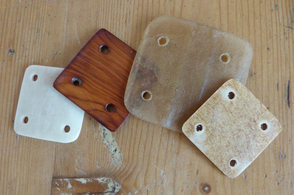 afb3 verschillende materialen van links naar rechts been, taxushout, runderhuid en varkensblaas