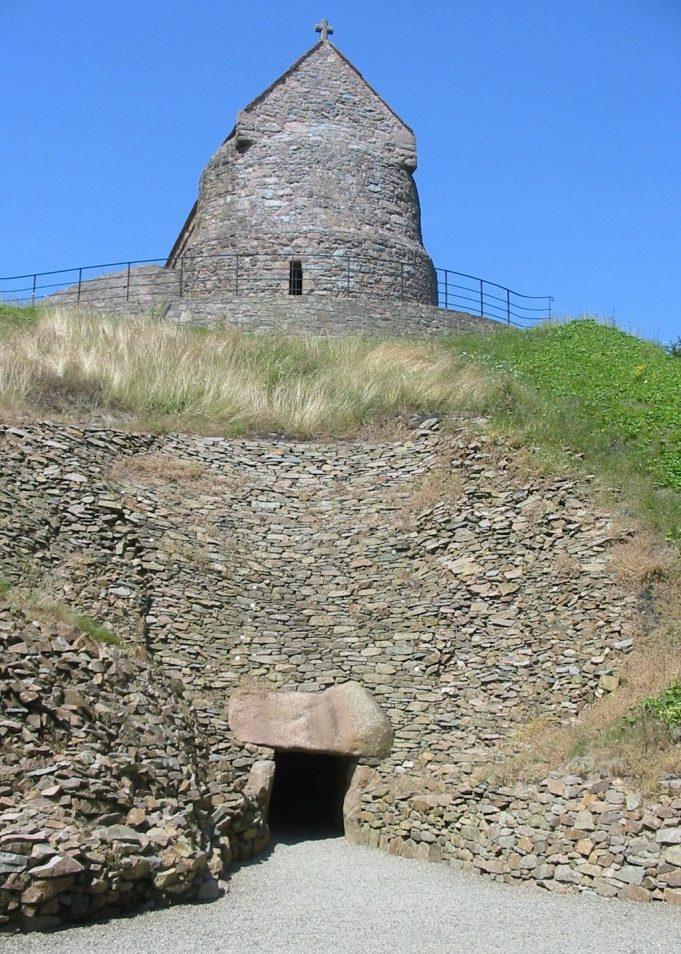 La Hougue Bie. Man vyi [Public domain], via Wikimedia Commons.